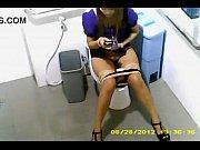 คลิปแอบถ่าย สาวธนาคารสีม่วงนั่งฉี่ โหนกหีนูน ขนหมอยดก เช็ดจิ๋มจนสะอาดแตดฟิตน่าเย็ดมาก
