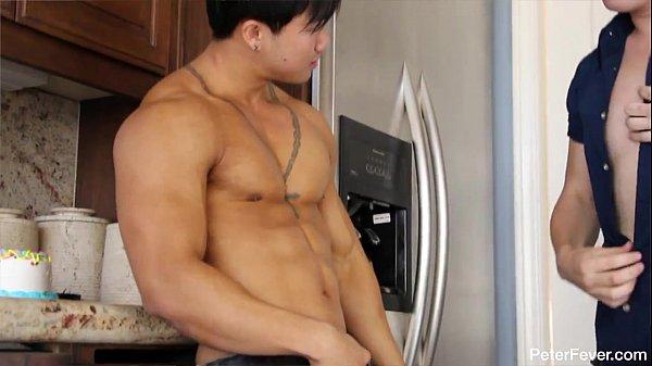 หนังxเกย์ หนังฝรั่ง หนุ่มหล่อนักกล้ามหัวนมอมชมพู หลังเล่นฟินเนสนัดซั่มตูด นัดยิ้ม เอาก้นล้างตู้เย็นก่อนจับเย็ด