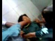 คลิบข่มขืนนักเรียน ลากมาเย็ดกลางห้องน้ำกระเด้าหีคาชุดนักเรียน ขืนใจเย็ดแถมรุมโทรมขนาดนี้สงสารเด็กหีซิงจัง