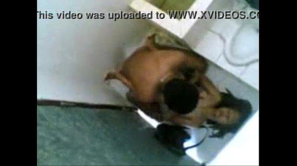 คลิปแอบถ่าย XXX THAI นักเรียนมัธยมสาวลาวเย็ดกันในห้องน้ำหลังโรงเรียนเลิก ซอยหีนอนเย็ดบนพื้น หัวเข่าเกือบถลอด