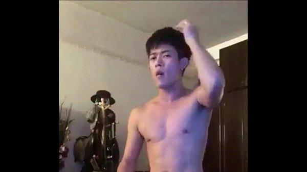 คลิปโป๊เกย์ไทย หนุ่มนิสิตกระดอยาวกล้ามควยสวยมาก ชักว่าวผ่านหน้ากล้องเว็บแคมเห็นควยใหญ่แบบนี้ยังซิงนะ