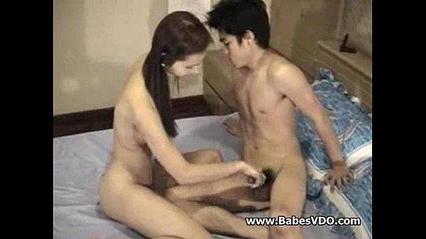 หนังโป๊ไทย วัยรุ่นแฟนเย็ดกันในห้องนอนแอบอึ้บ movie porn พ่อแม่ปล่อยให้ลองเอากันจับเย็ดหีชักว่าวควยแข็ง