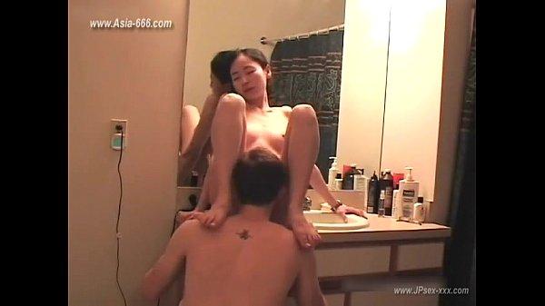 ตั้งกล้องเย็ดเลียนแบบท่า Sex ในหนังav เริ่มเลียหีบนโต๊ะเครื่องแป้งก่อนซั่มกันทั้งคืน