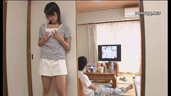 น้องสาวแอบเห็นพี่ชายสุดหื่นนั่งชักว่าวหน้าทีวี ดูหนังโป๊ XXX แล้วเงี่ยนทนไม่ไหวเริ่มคลึงนมแก้ผ้า เจอจับเย็ดในห้องนั่งเล่นพี่น้องอึ้บกัน