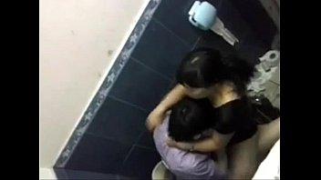 วัยรุ่นไทยแอบมาXxXปี้กันในห้องน้ำ โยกควยกระแทกที่กั้นห้องนึกว่าคนล้มปีนดู แมร่งกำลังอึ้บกันถ่ายคลิปเก็บไว้ซะเลย